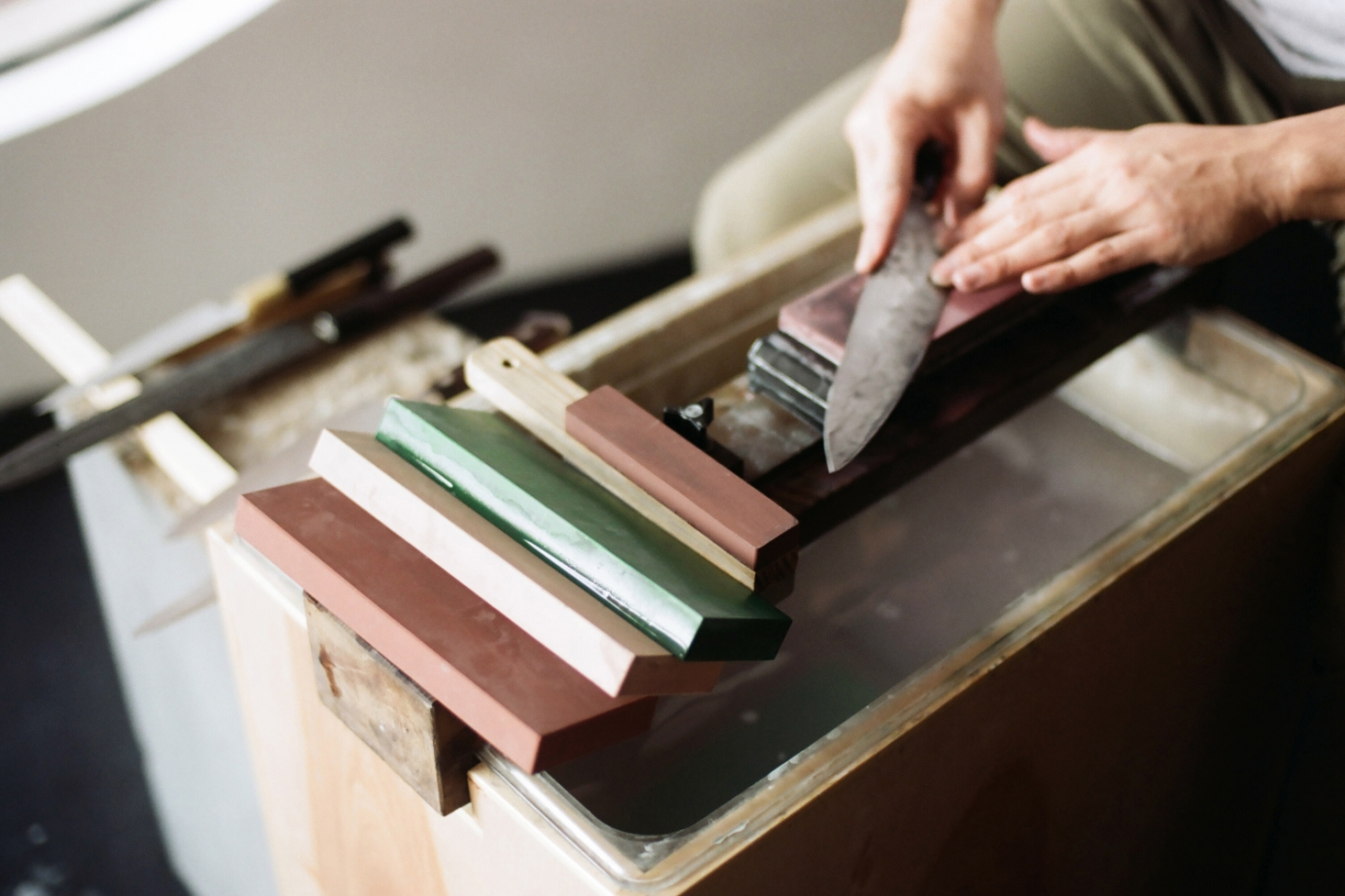scott-scott-architects-ai-om-knives-making-knives-1466x977.jpg