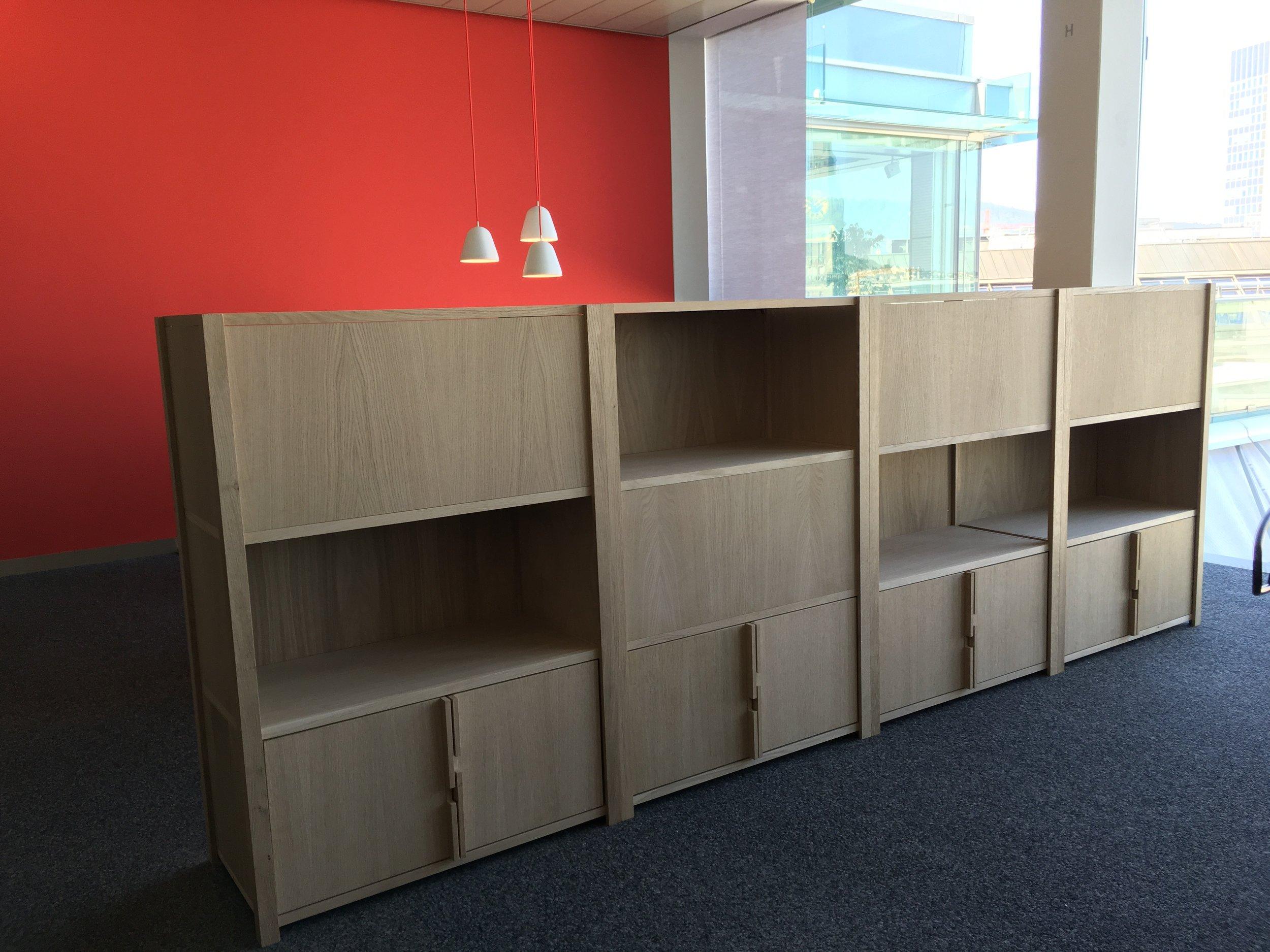 eat.ch Regal - Dieses Regal steht bei eat.ch im Grossraumbüro.Ständerkonstruktion aus Eiche, Modular mit Seiten- und Rückwänden oder auch Türen.