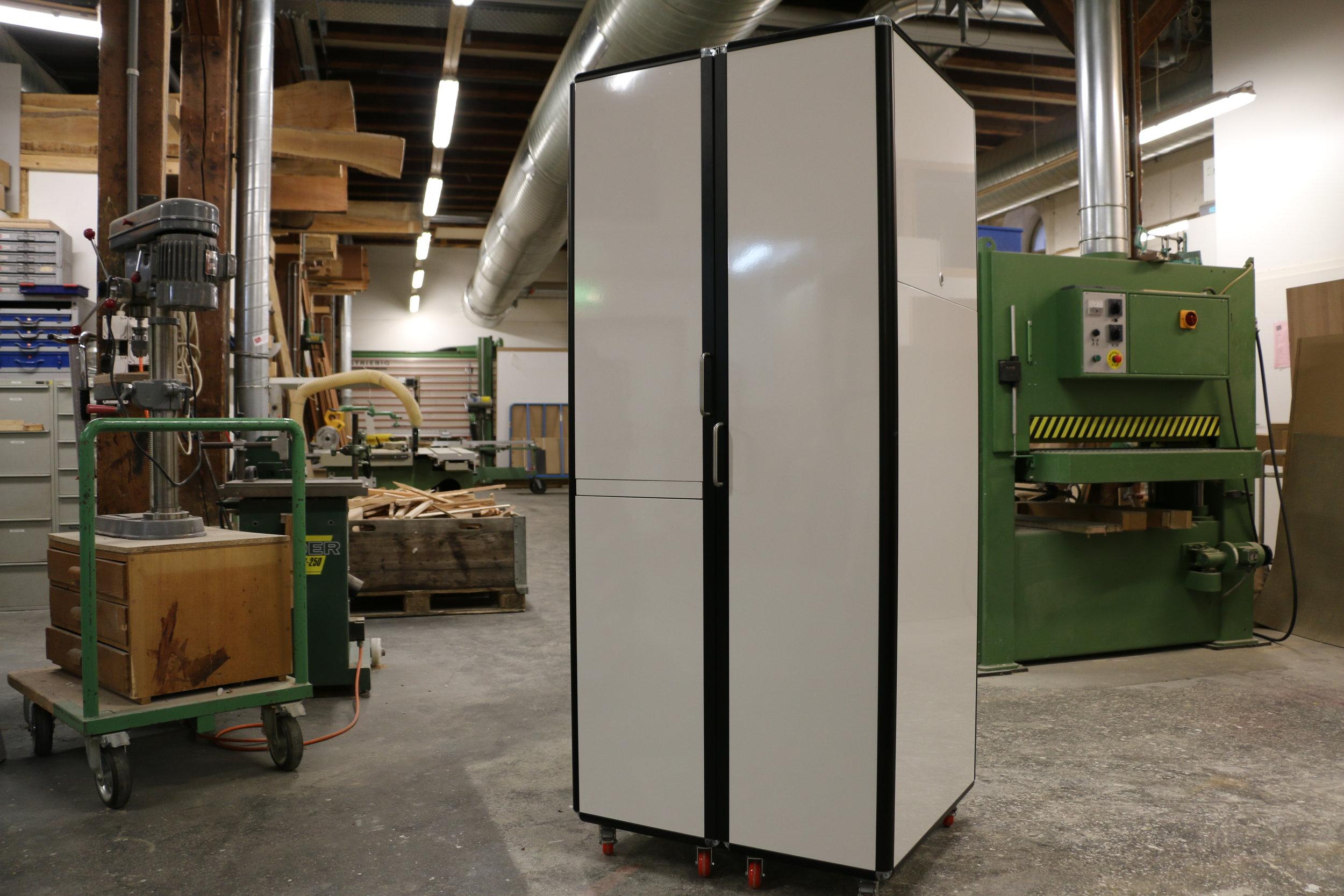 ETH Prototypingcube - Dieser Schrank entstand für und mit der Produktentwicklungs-Abteilung der ETH für deren internen Anwendungen.Alurahmenkonstruktion auf Rollen mit magnetischer Whiteboard-Oberfläche. Innenleben Buche.