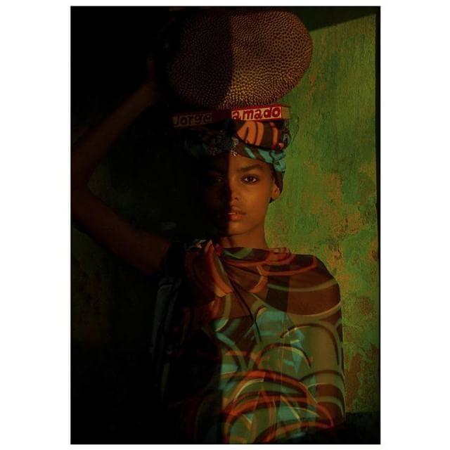Inspire-se! A top @blesnyaminher usa túnica, vestido e turbante @themarcjacobs em #shooting para a @voguebrasil. . foto: @zee_nunes . #VesteRio #Vogue #VogueBrasil #MarcJacobs #Fashion #Moda #Look #LookDoDia
