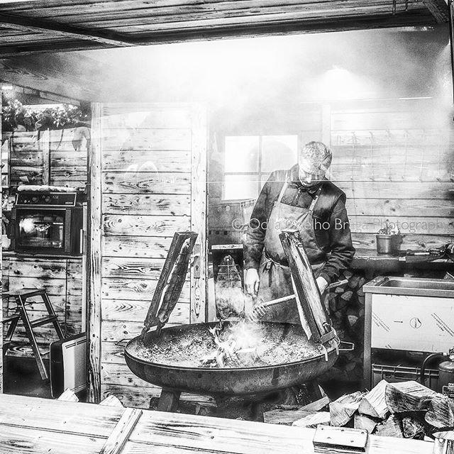 Dinner has been ordered! . . . #copenhagen #streetfood #foodtruck #christmasmarket #bbq #smoke #smokedbbq #bnwsouls #keepitbrief #fotografabrasileiraemlisboa #spi_streetphotography #spi_collective #bnwphotography #canon #canonglobal #bnw_captures #bnwmood #bnw_fabulous #bnw_worldwide