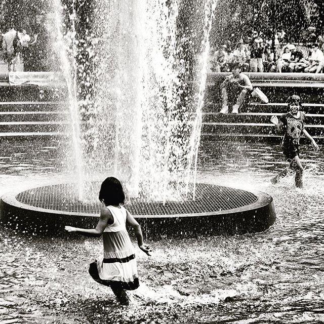 Summer + kids + water= loads of fun! . . . #washingtonsquare #newyorkcity #kids #girls #bnwportrait #bnw_captures #bnw_worldwide #canonglobal #canon #havingfuntogether #canonphotography #bnw_photography