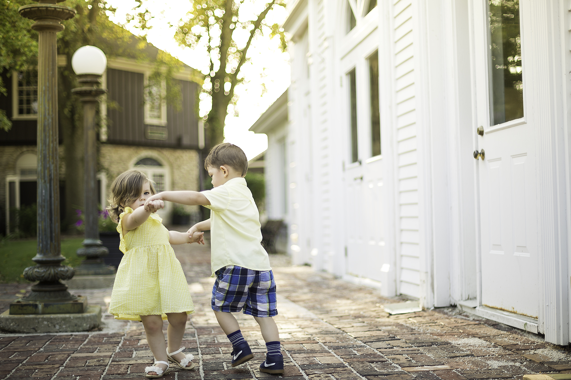 bethany-brinkworth-photography_toddler-cousins-dancing.jpg