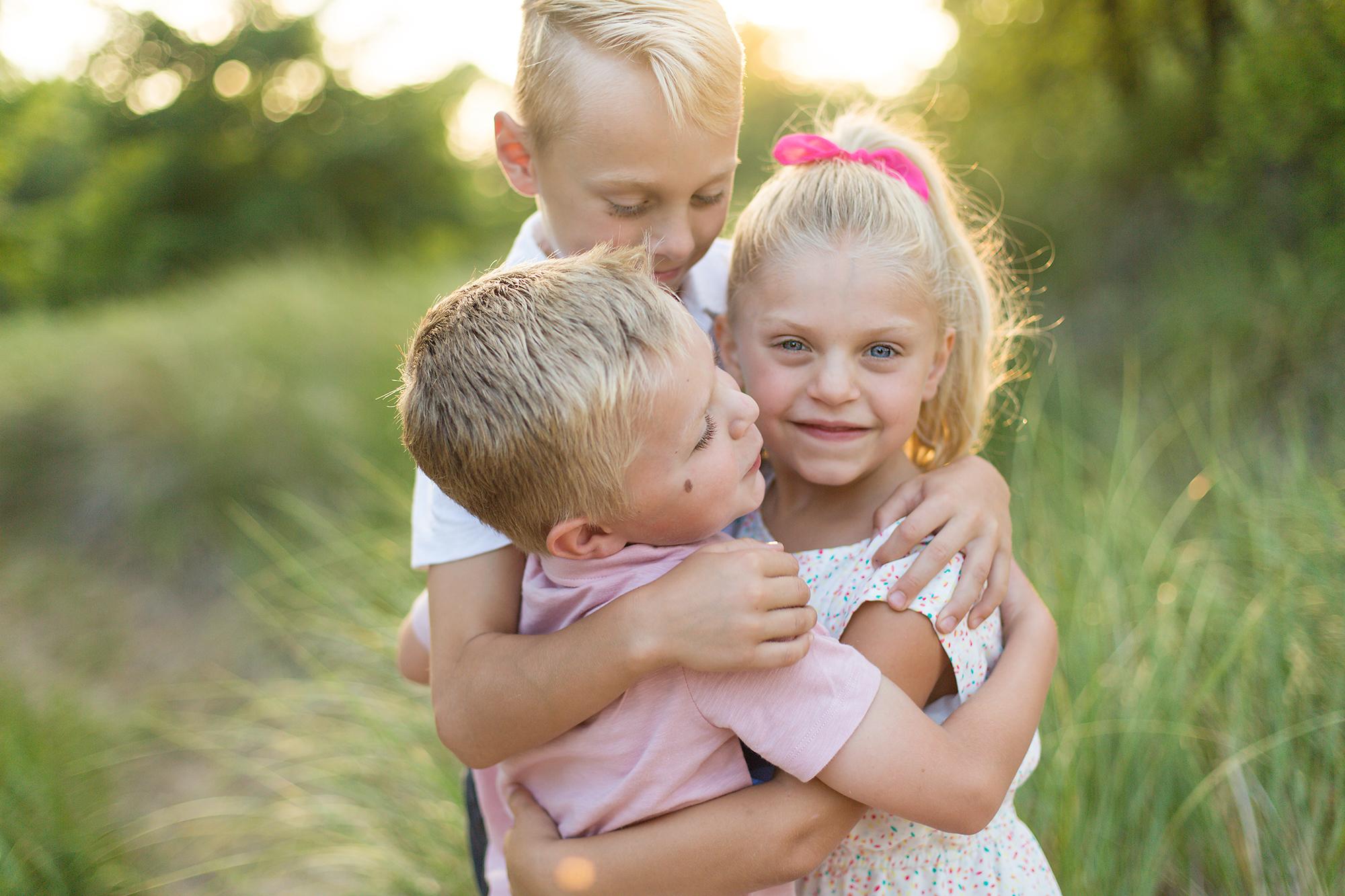 bethany-brinkworth-photography-sibling-hug.jpg