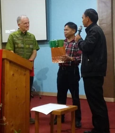 Dr. Dale Garside accepts appreciation by Filipino students.