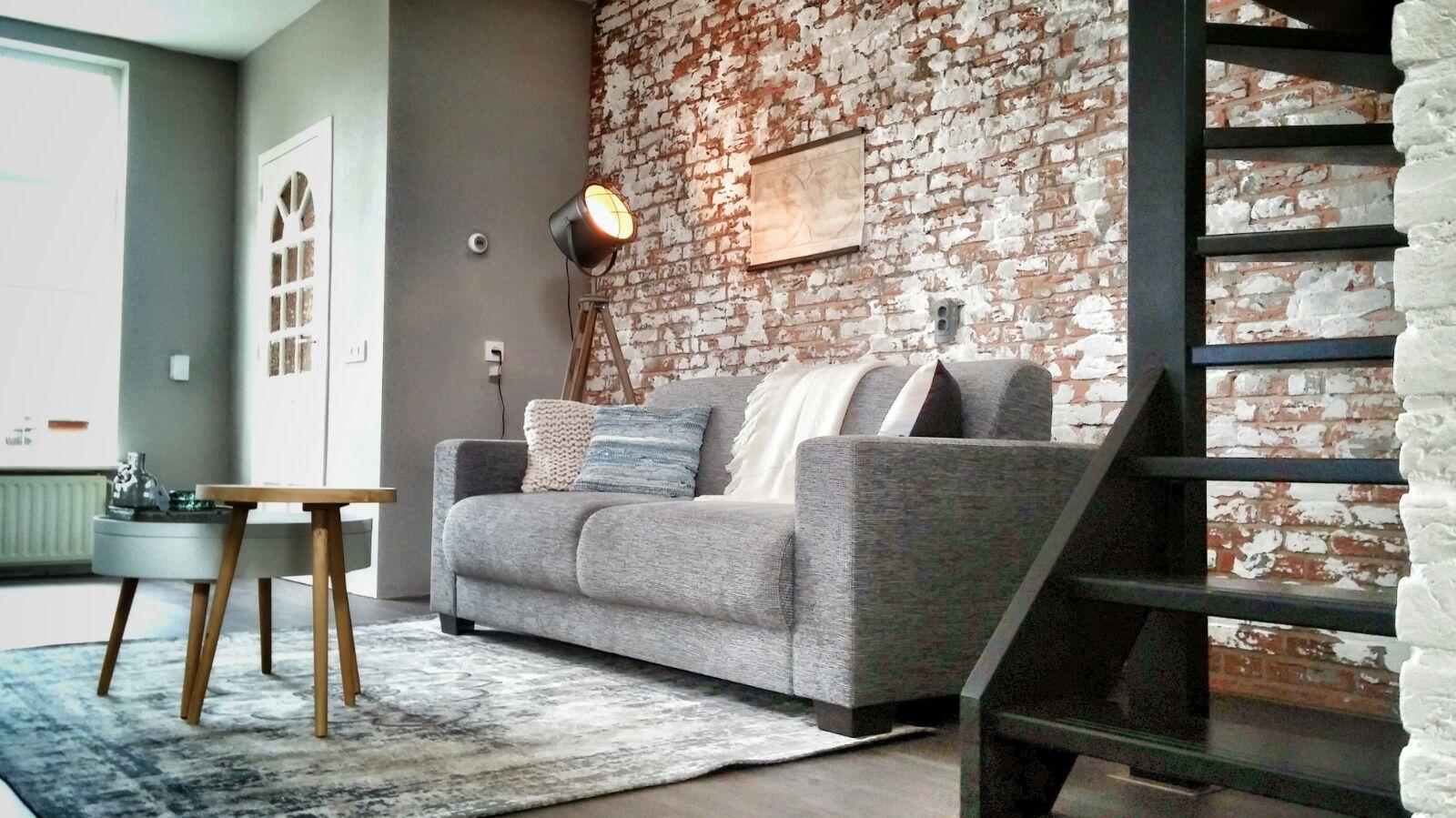 woonkamer interieurstyling industrieel brickwall bakstenen muur zwarte trap (2).jpg