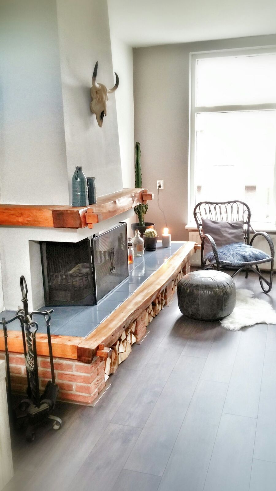 woonkamer interieurstyling industrieel stoer accessoires keramiek schouw open haard hout.jpg