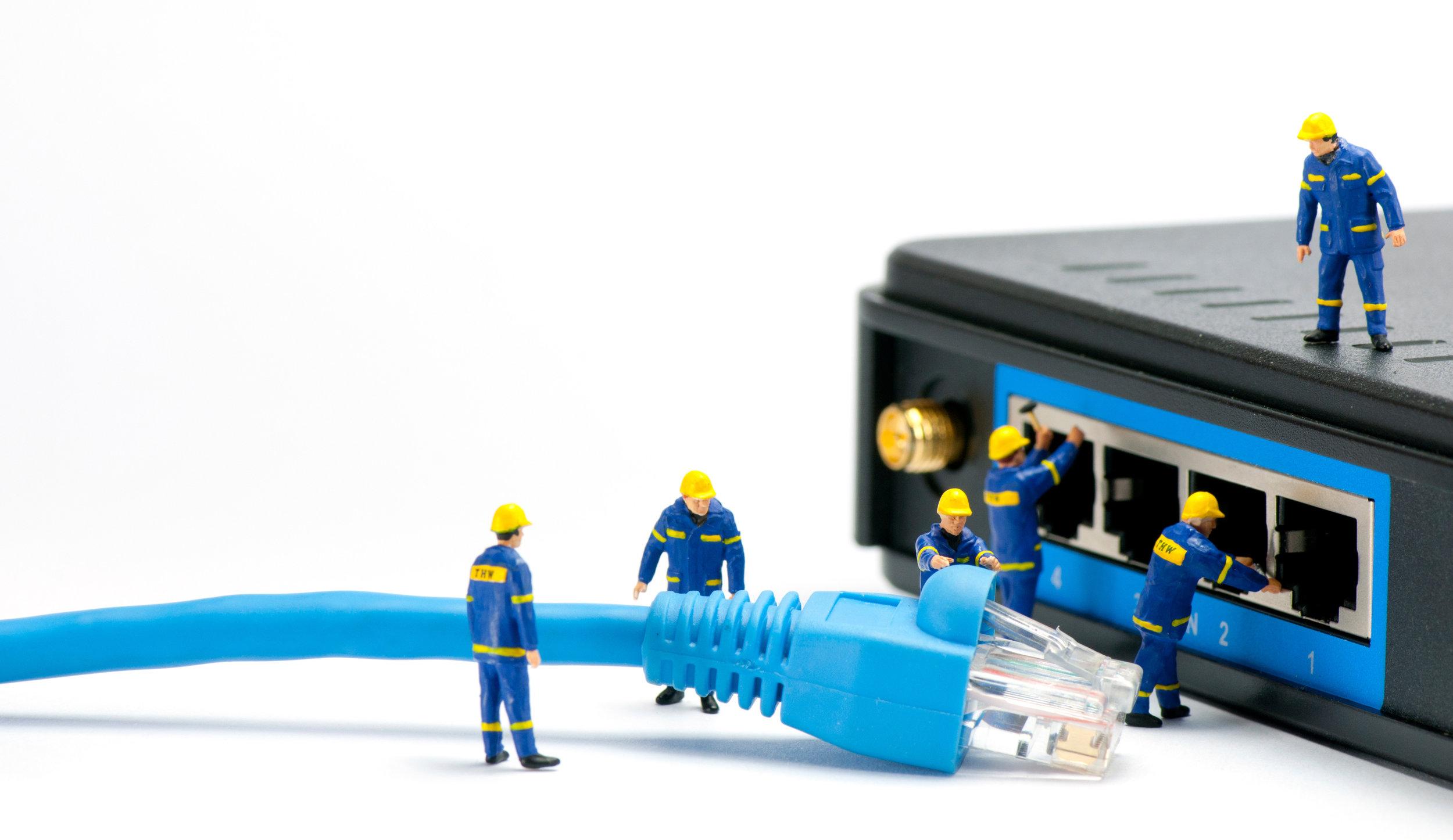 technicians-connecting-network-cable_zkAdn9A_.jpg