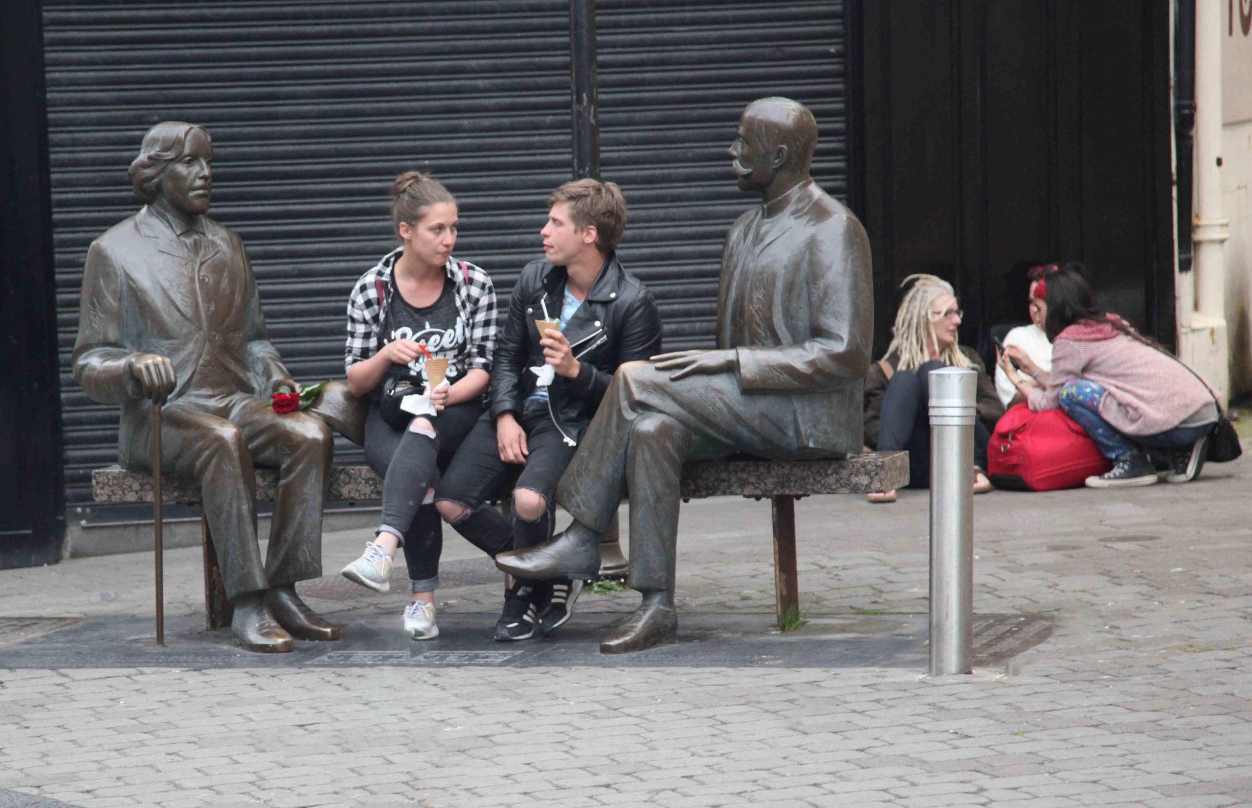 Ireland, couple between statues