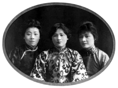 The three Soong sisters in their youth, with Soong Ching Ling in the middle, and Soong Ai Ling and Soong Mei Ling on her left and right. Source: Wikimedia
