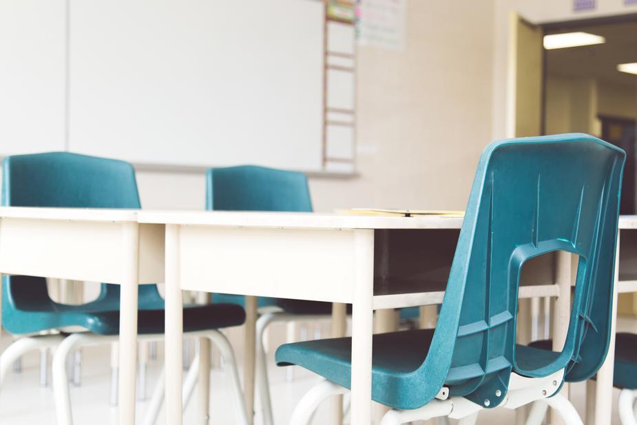 school-desks-chairs_925x.jpg