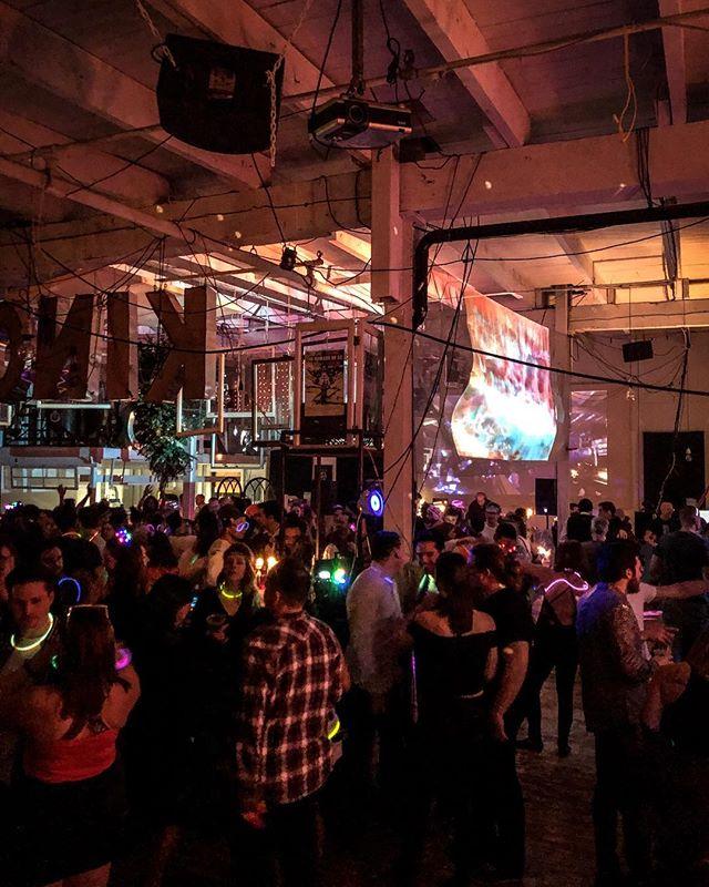 La soirée du nouvel an FOREVER NOW fût un succès incroyable. Merci aux 300+ invités de qualité qui ont rendu ça mémorable. On s'excuse pour votre mal de tête ce matin 🥳  Un merveilleux événement avec @nomadlife.tv et @good.vibe.people 🔥❤️ #2019 #nye #party #lesrassembleurs #rassembleur #serassembler #montreal #byob #dj