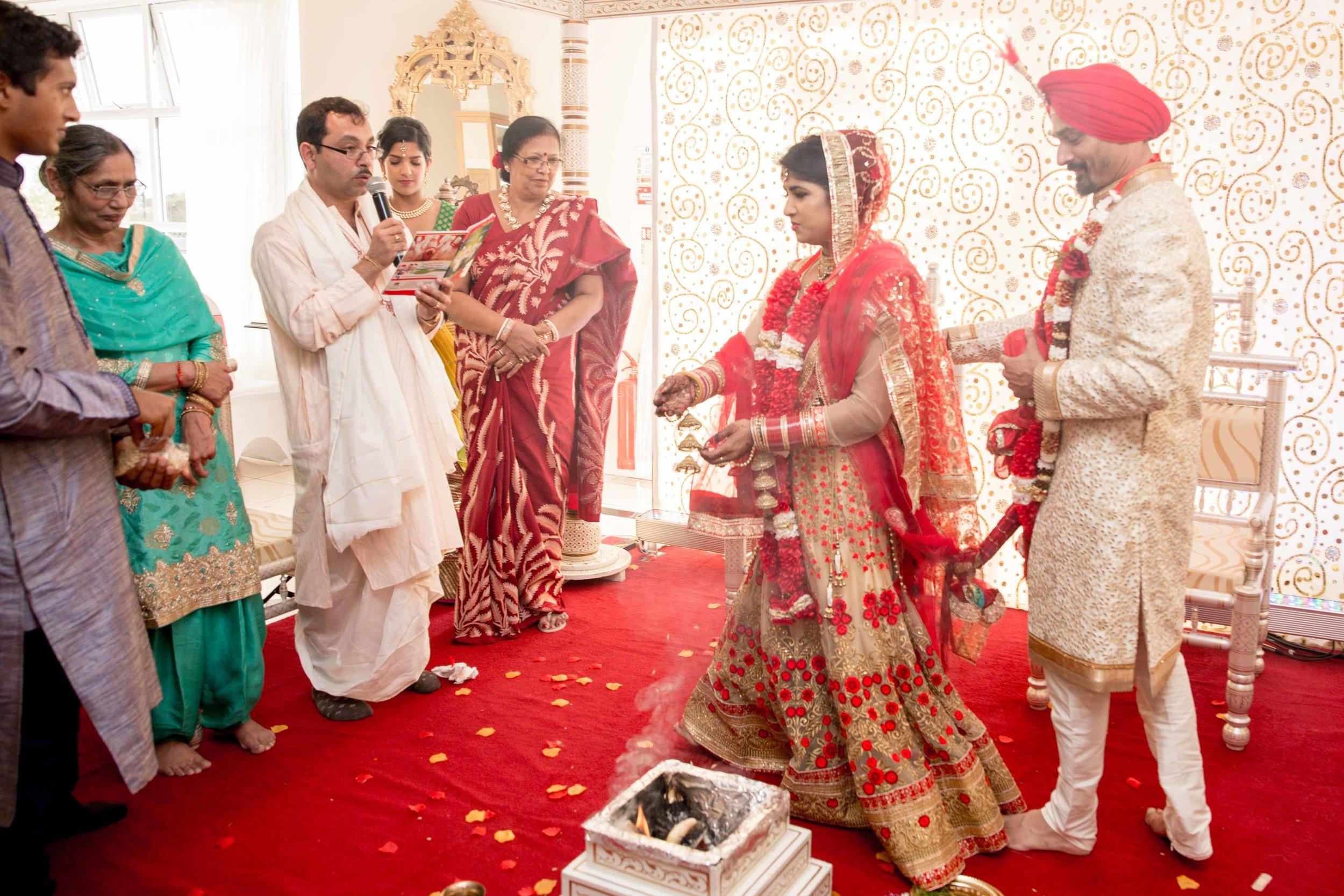 ramada-park-hall-hotel-birmingham-wolverhampton-hindu-wedding-asian-wedding-photography-natalia-smith-photography-25.jpg