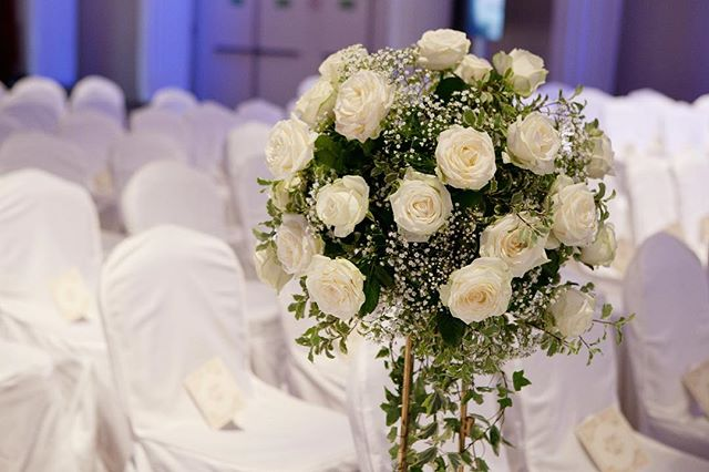 Création d'un espace pour la cérémonie religieuse du mariage  de C&Y qui ont reçu 500 invités aux docks de Paris  Crédit photo: @stephaniebranchu . . . . #mariage #fleurs #decorationflorale #huppa #blanc #docksdeparis #clemencehabibdecoration #wedding #roses #stephaniebranchu #compositionflorale #bouquet