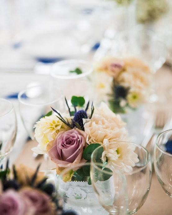 Le superbe mariage de C&G qui ont reçu 250 personnes au chateau de la trye.  Quand les cultures se rencontrent et qu'il faut trouver l'harmonie entre teintes pastel et touches de bleu roi. 💙 . . . . #mariage #deco #fleurs #chateaudelatrye #centredetable #bleu #blanc #bleuroi #beige #fleursdemariage #clemencehabibdecoration #wedding #pastel