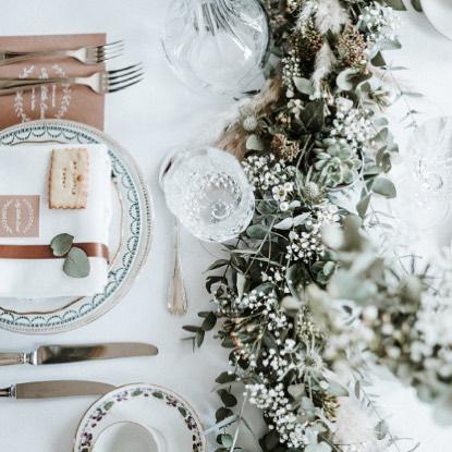 Joli shooting d'hiver orchestré par #mylittleevent au chateau du taillis  Crédit photos: @thomas_desbonnets_photographe . . . #mylittleevent #clemencehabibdecoration #chateaudutaillis #thomasdesbonnets #vaissellevintage #maisonoptions #atelierrosemood #lafabriqueamessage #lademoisellegridou #benibeni #lespetitslots #elisehameau #butteparis #cabaneboutique #mariage #mariagedhiver #fleurs #fleursdemariage #centredetable #chemindetable #eucalyptus #bougies #artdelatable #wedding