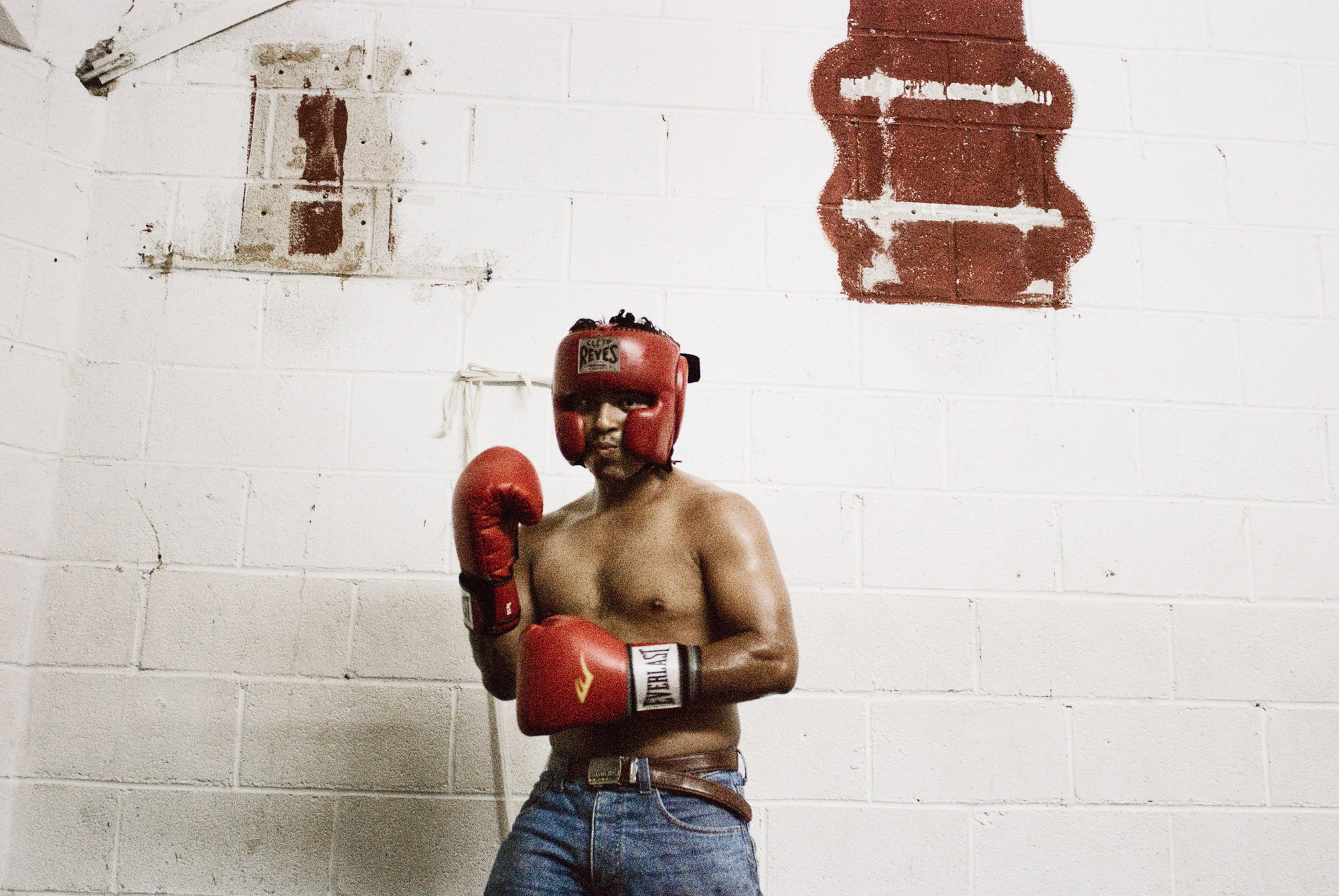 wojtek-jakubiec-photographer-montreal-boxing-mexico-documentary-boxer-warming-up.jpg
