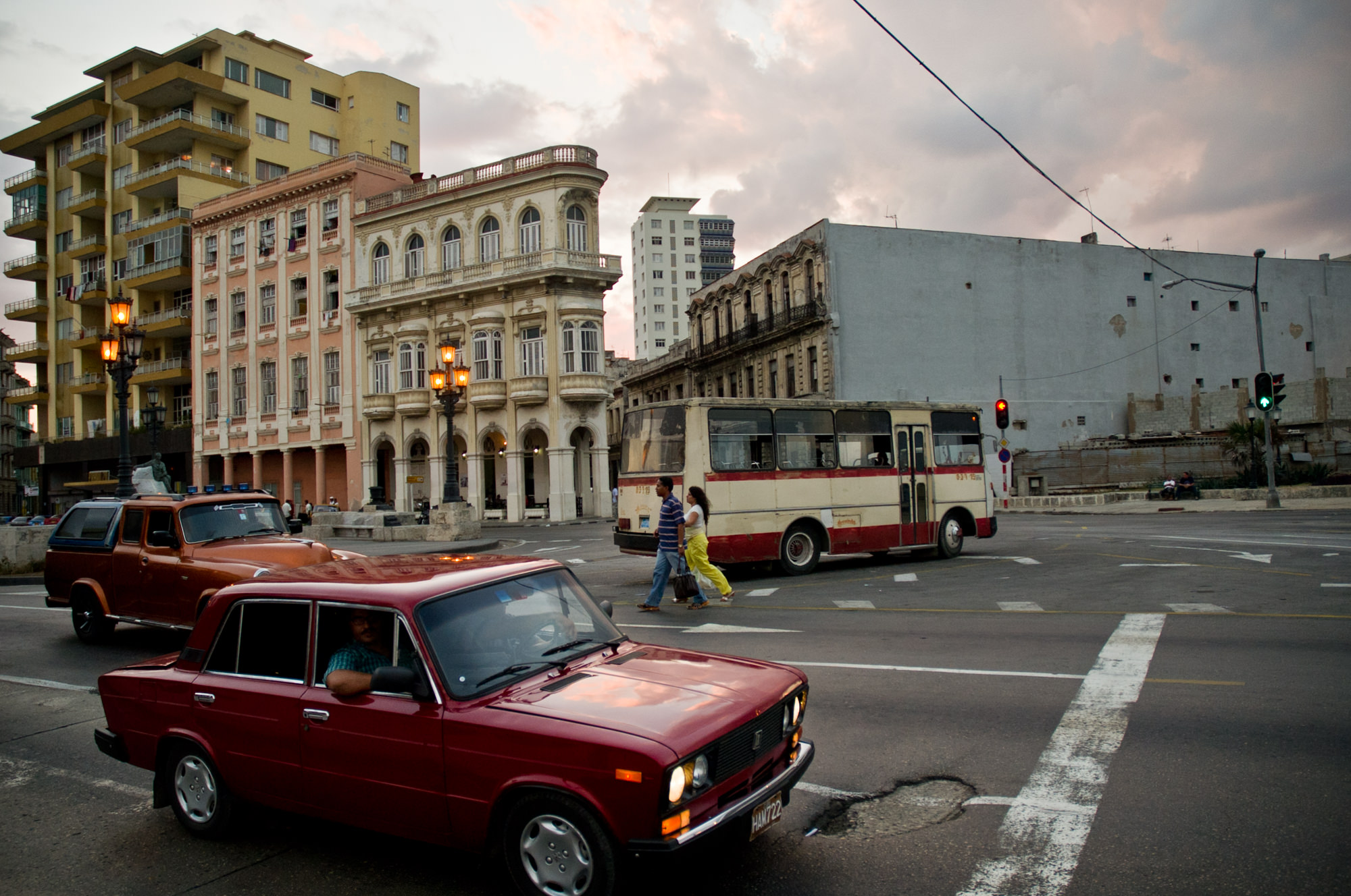 wojtek-jakubiec-photographer-montreal-cuba-havana-street-documentary-cars-and-people-by-the-malecon.jpg