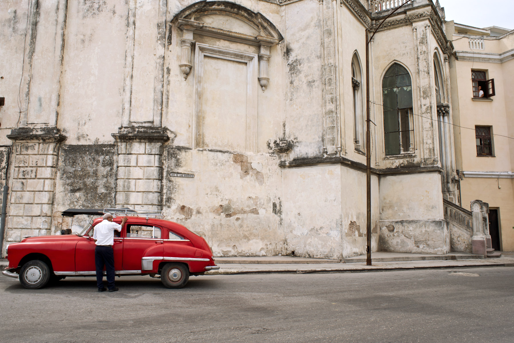 wojtek-jakubiec-photographer-montreal-cuba-havana-street-documentary-man-with-red-car-.jpg