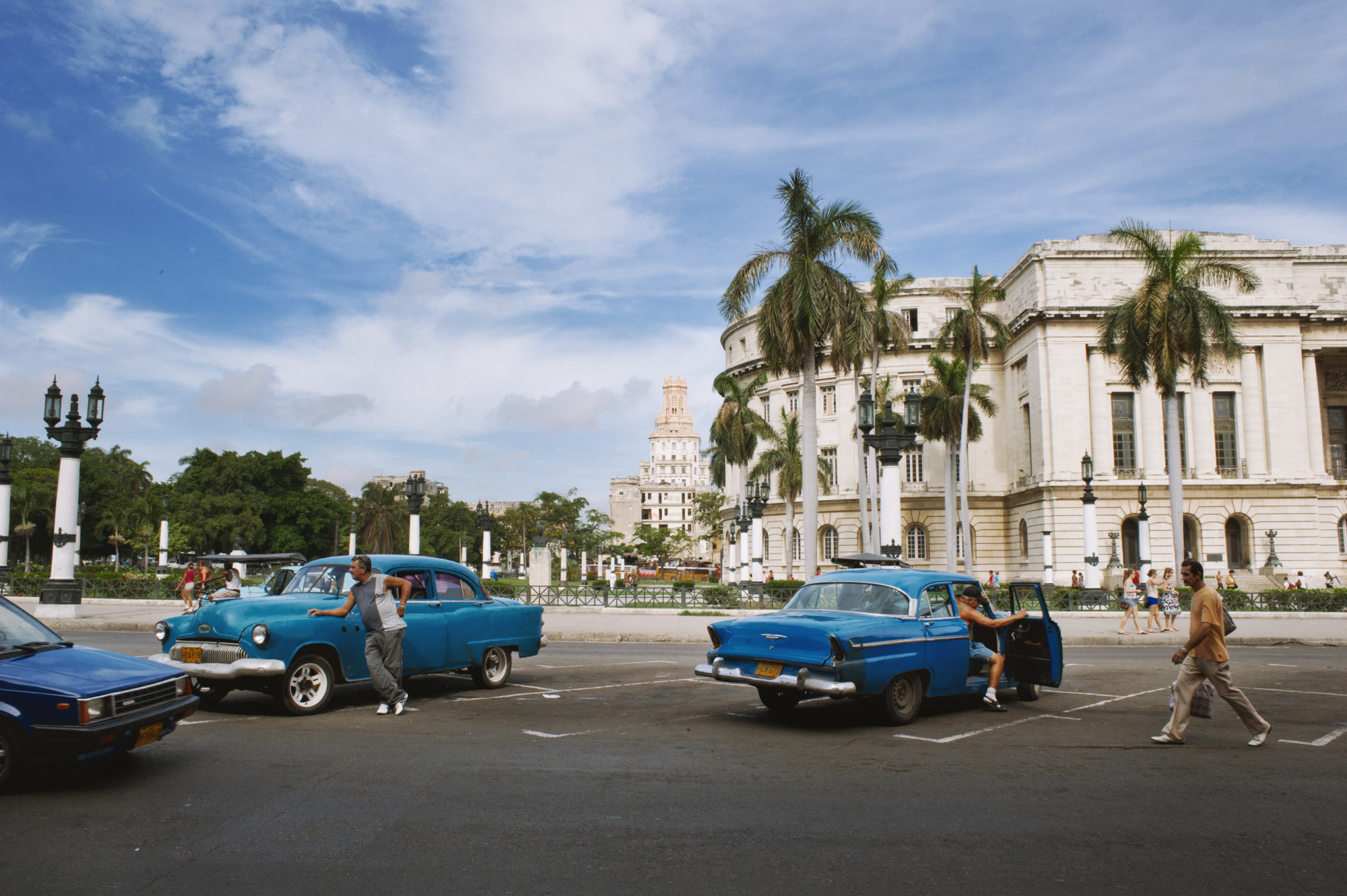 wojtek-jakubiec-photographer-montreal-cuba-havana-street-documentary-taxis-waiting-.jpg