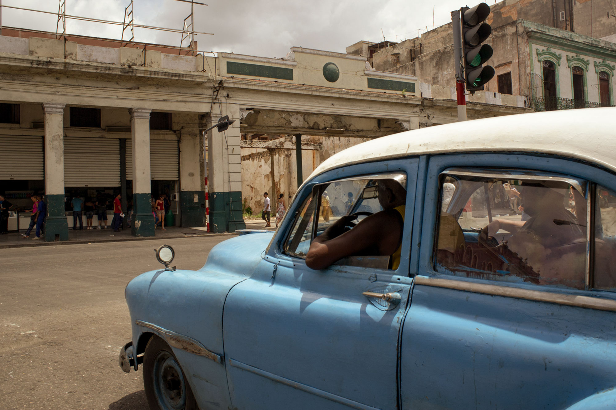 wojtek-jakubiec-photographer-montreal-cuba-havana-street-documentary-blue-car-red-light-.jpg
