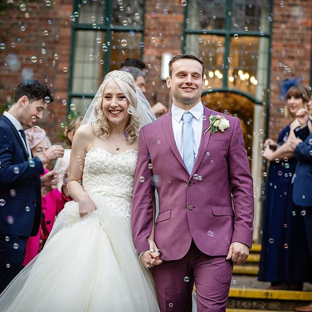 Congratulations to this wonderful couple, Chelsea and Greg. So much fun to work with 😁 What do you think of bubbles instead of confetti?? Personally it's a thumbs up from me 👍