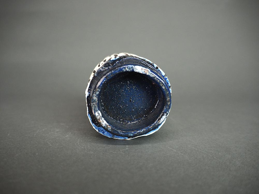 KIM Hono Black and White Cup Blue Foot 4.jpg