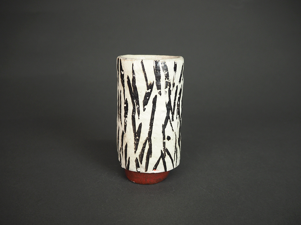 KIM Hono Black and White Cup Red Foot 2.jpg