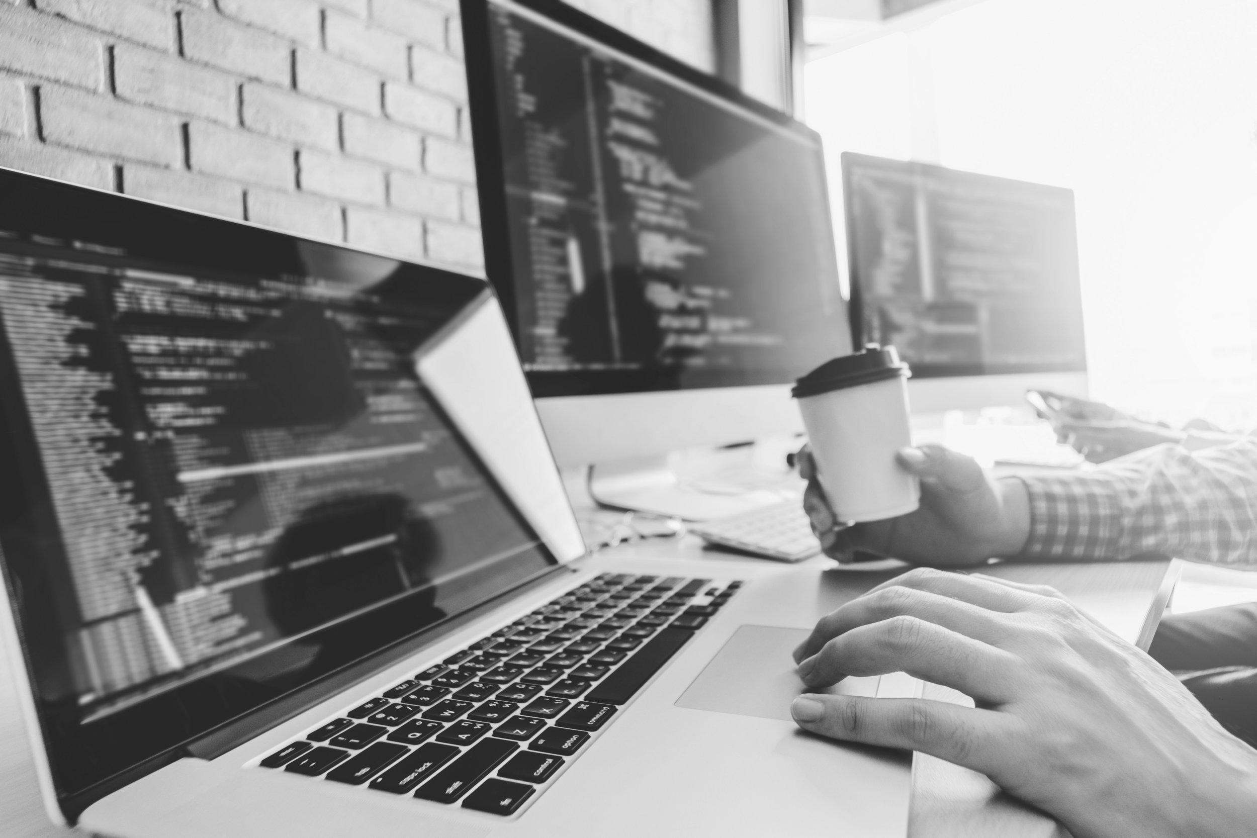 Čím VirtuaControl nadchne administrátory - Jednoduchostí. A spoustou času, který díky ní ušetří. Admini centrálně doručují aplikace, centrálně řídí uživatelská prostředí a nehasí následky neodborných zásahů uživatelů. Jejich jednání totiž mají pod kontrolou.