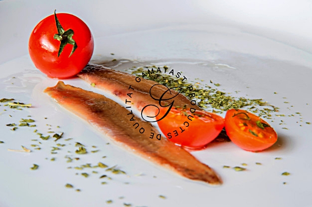 anchoas-y-tomates-en-un-plato-blanco_39873-13.jpg