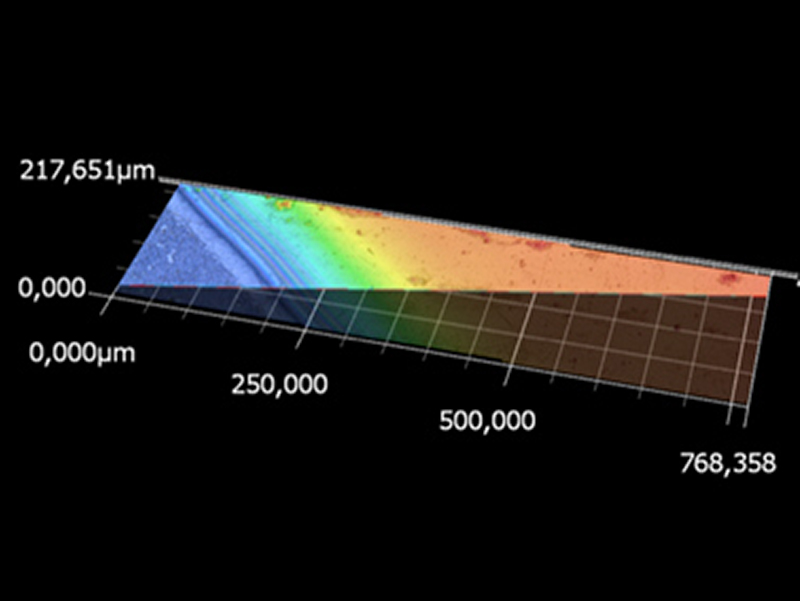 Falschfarben-Darstellung einer taC-Schicht auf Stahl (blau): Die Regenbogenfarben zeigen die Schichtdicke der taC-Schicht an