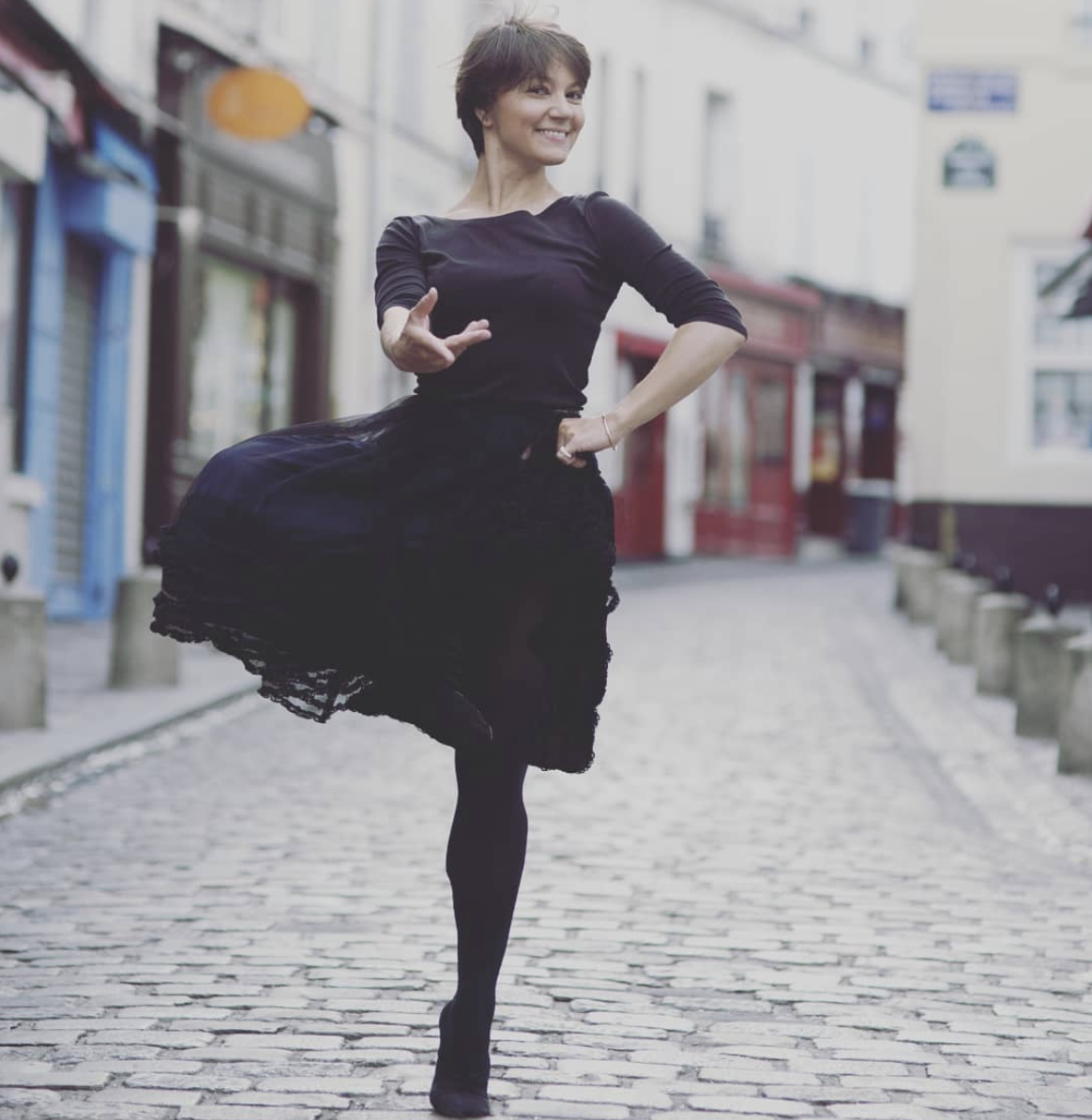 Olga dans les rues de paris.