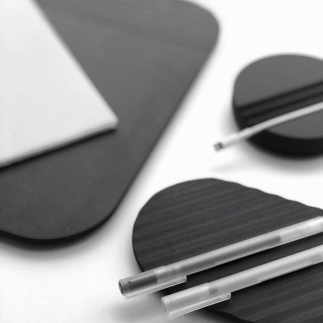 Organizadores Pleca . . . Simple | Bold | Unique  Set de herramientas de escritorio inspiradas en formas simples que toman una función adaptable gracias a un juego de repetición de texturas.  Muy pronto proyecto completo en link en bio.