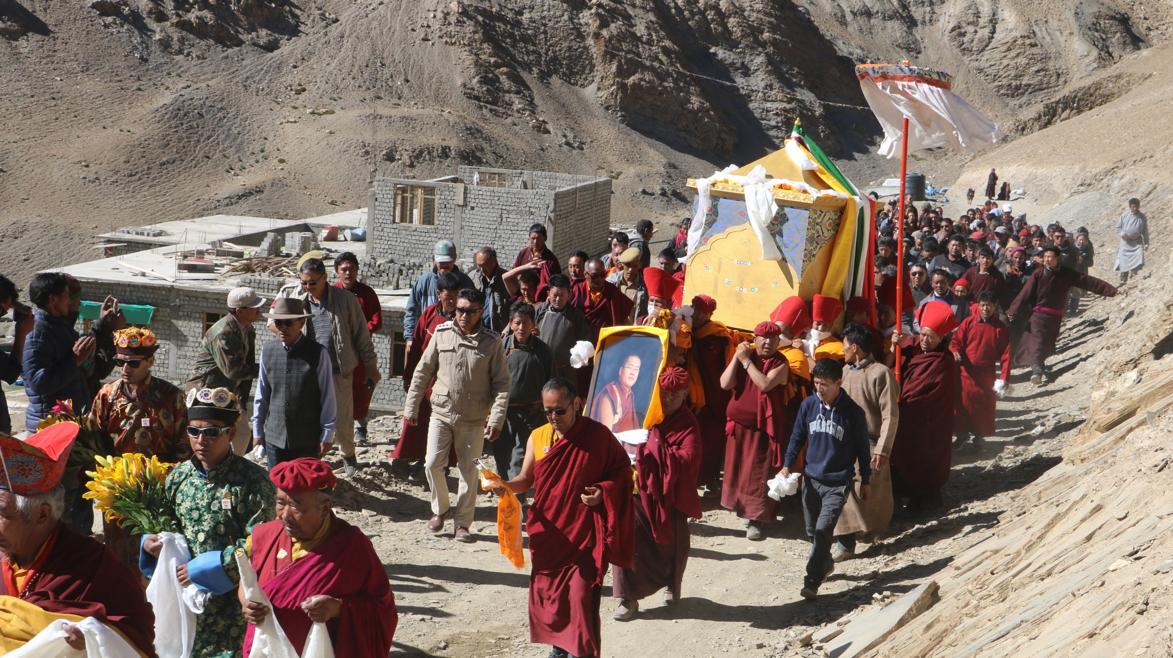 On the sunny day of October 28th, at the serene and sacred lakeside of Tso Moriri, Jetsun Choekyi Gonpo presided over the cremation ceremony of the IX Langna Rinpoche of Korzok Monastery in Lhadakh.