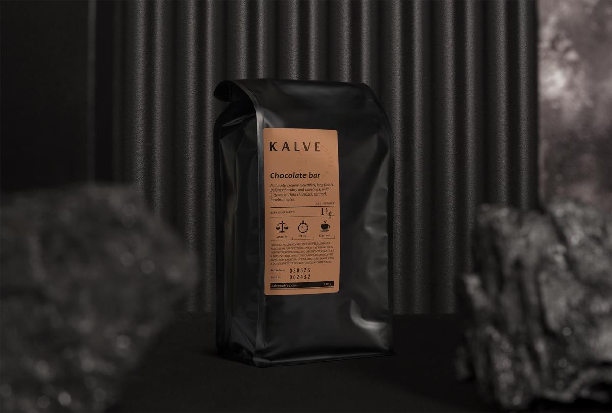 KALVE zīmols - Lai padarītu savus klientus laimīgus, vajag ko vairāk par vienkārši lielisku kafiju. Tieši tāpēc, ja kļūstat par mūsu vairumtirdzniecības partneri, mēs darām ko vairāk par kafijas piegādāšanu. Lai jūs būtu laimīgi un apmierināti ar mūsu sadarbību, mēs pārliecināmies par kvalitatīvu baristu apmācību, bezmaksas labumu piegādi, īpaši veidotus bāra uzlabojumus un arī regulāru kvalitātes kontroli.