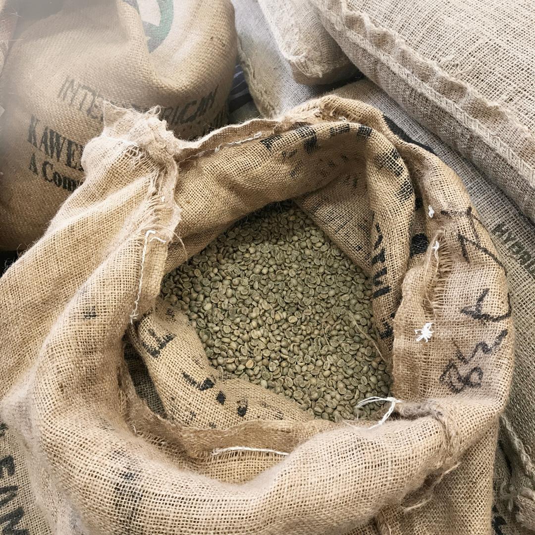 Svaigi grauzdēta kafija. - Kafijā ir vairāk nekā 800 smaržu savienojumi un daudzi antioksidanti - ar laiku visi šie elementi zūd. Mēs piegādājam svaigu kafiju katru nedēļu. Tas nozīmē, ka kafijā vienmēr būs saglabājušās vērtīgās vielas.