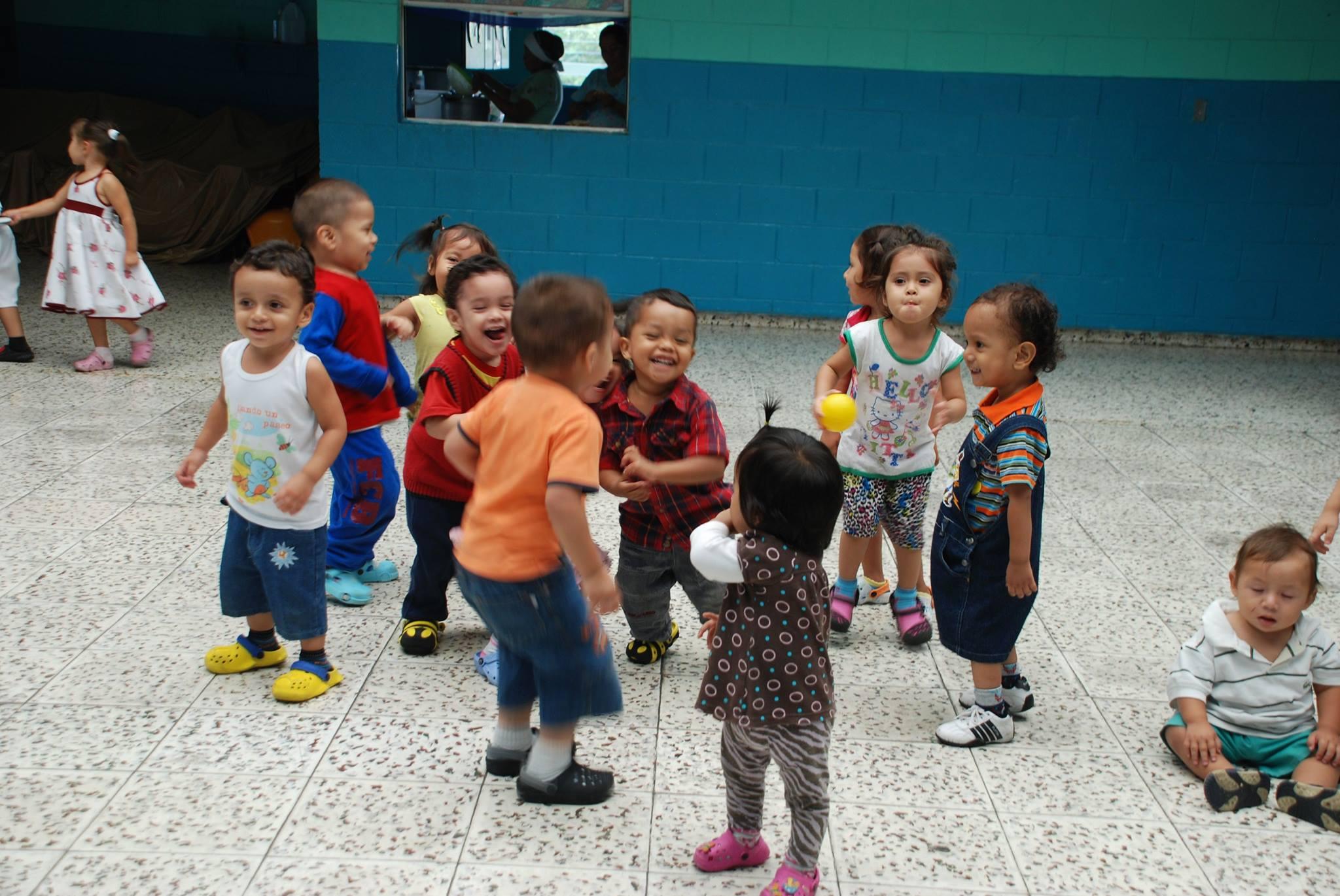 Fondation Hilda Rothschild – Programme « LAMP », El Salvador 2006 - La Fondation Hilda Rothschild (FHR) est une organisation non gouvernementale (ONG) sans but lucratif, établie au El Salvador et aux Etats-Unis d'Amérique. Cette Fondation a comme objectif de permettre aux femmes et aux enfants particulièrement défavorisés d'Amérique Centrale d'accéder à des programmes d'éducation, de santé, de nutrition et de développement personnel, en renforçant les liens familiaux et communautaires.
