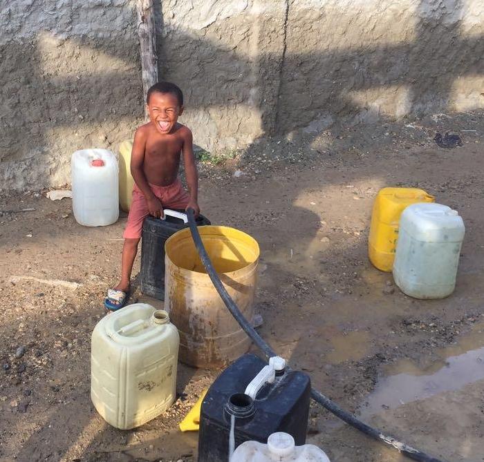 Création d'une Centrale d'eau potable dans un Centre de Santé de Bocachica, Colombie - Cette centrale a été réalisé par Aviatur avec du matériel destiné à produire 10 000L d'eau par heure.L'eau est également distribué aux familles les plus défavorisées qui viennent la chercher sur place…