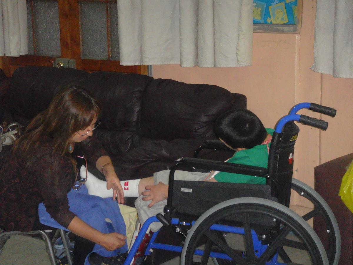 FONDATION SANTA CLARA - CHILI =- ENFANT PORTEUR DU SIDA  QUI VA RECEVOIR L'AROMATHÉRAPIE.JPG