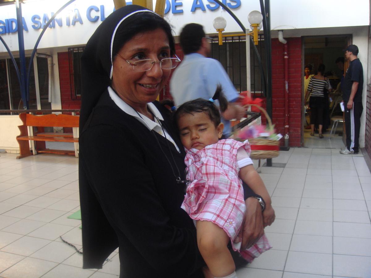 Fondation pour enfants porteurs du virus du sida à Santiago du Chili, Chili, 2005 - Au Chili, le 11 août 1996, date anniversaire deSainte Claire d'Assise, les soeurs franciscaines Missionnaires de Jésusont officiellement inauguré une maison d'accueil, la Fondation Red de Santa Clara. Cette oeuvre, créée à l'initiative des Frères Franciscains de Santiago, offre journellement aide et assistance à des enfants chiliens les plus défavorisés et atteints par le VIH(+)Sida contaminés par leur mère soit au cours de la grossesse, soit lors de l'accouchement, ou encore, pendant l'allaitement.…