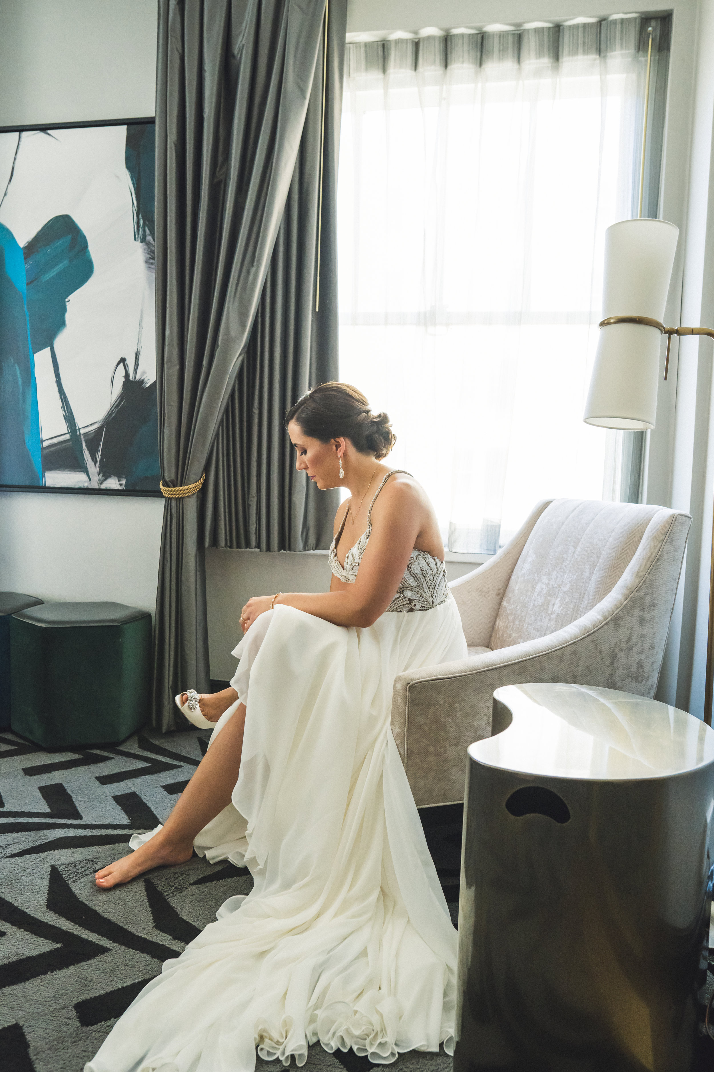 kimpton-hotel-chicago-bride-getting-ready-shoes.jpg
