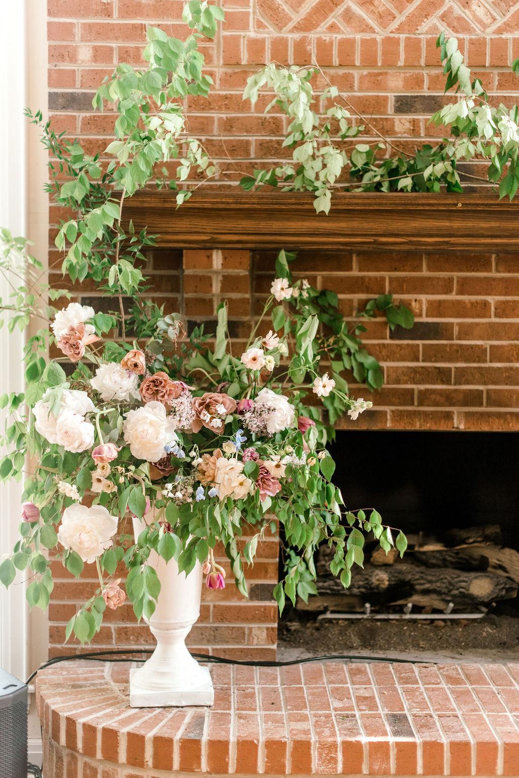 cincinnati-wedding-planner-estate-at-sunset-farm-wedding-fireplace-floral-installation