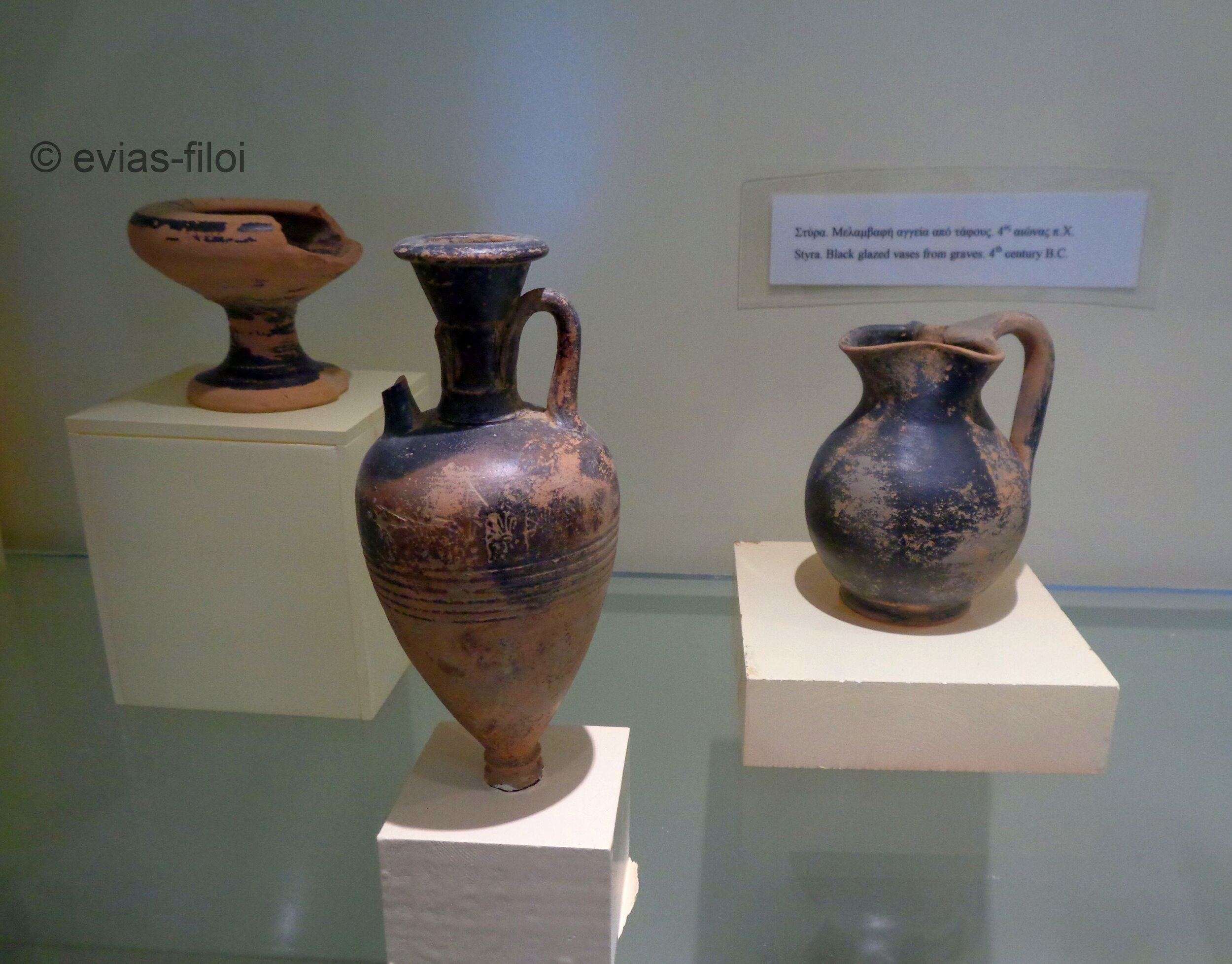 Στύρα. Μελαμβαφή αγγεία τάφων (4ος αι. π.Χ.)