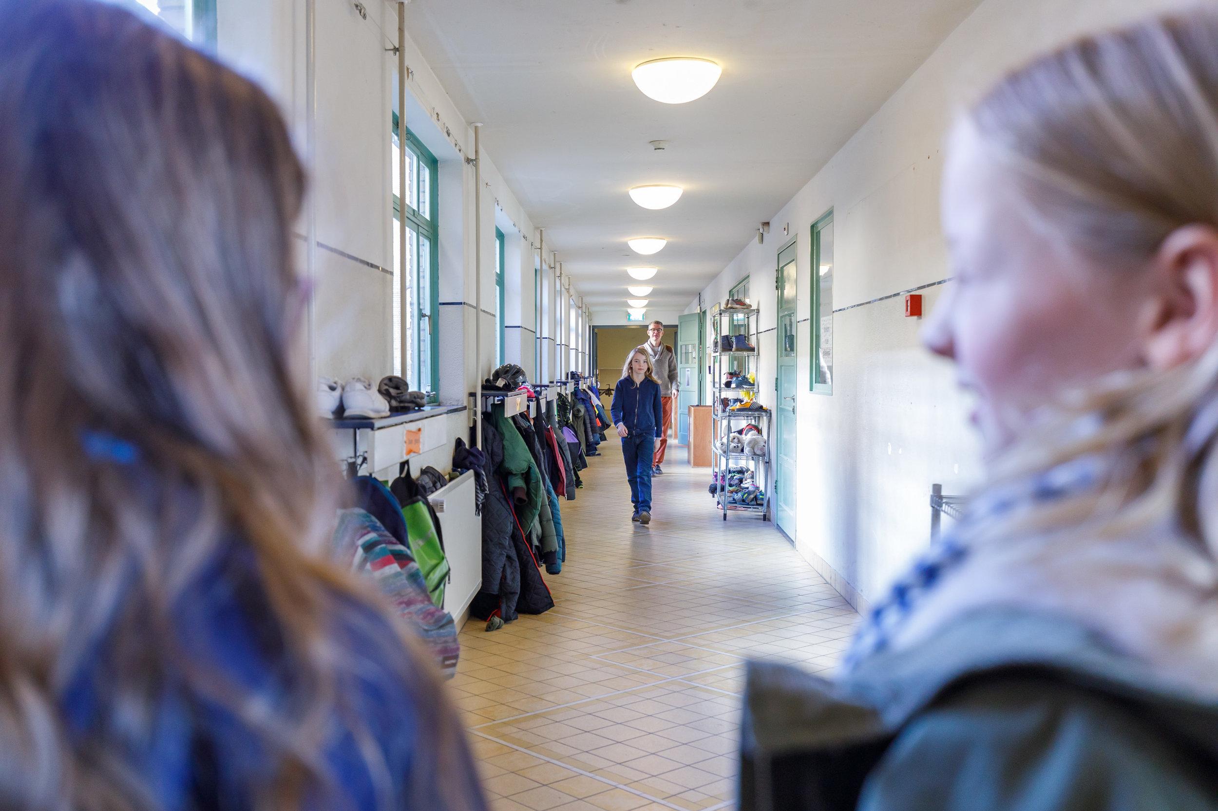 En opeens ontdek je, midden in Utrecht, een school waar heel je wereld samenkomt. - Met klasgenoten vanuit alle wijken en achtergronden. Met alle ruimte om te zijn wie je bent, en te worden wat je wilt. Hier leer je dat iedereen belangrijk is en dat jouw inzet ertoe doet, dat jíj ertoe doet! Samen met je klasgenoten ontdek je hoe de wereld werkt, en vooral hoe je daarbinnen je plek kunt vinden. Open, zelfstandig en vol durf.Midden in jouw wereld.Bekijk onze school
