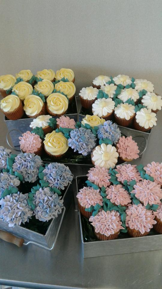 i-dream-jeanne-cakes-cupcakes-flower-poorquality.jpg