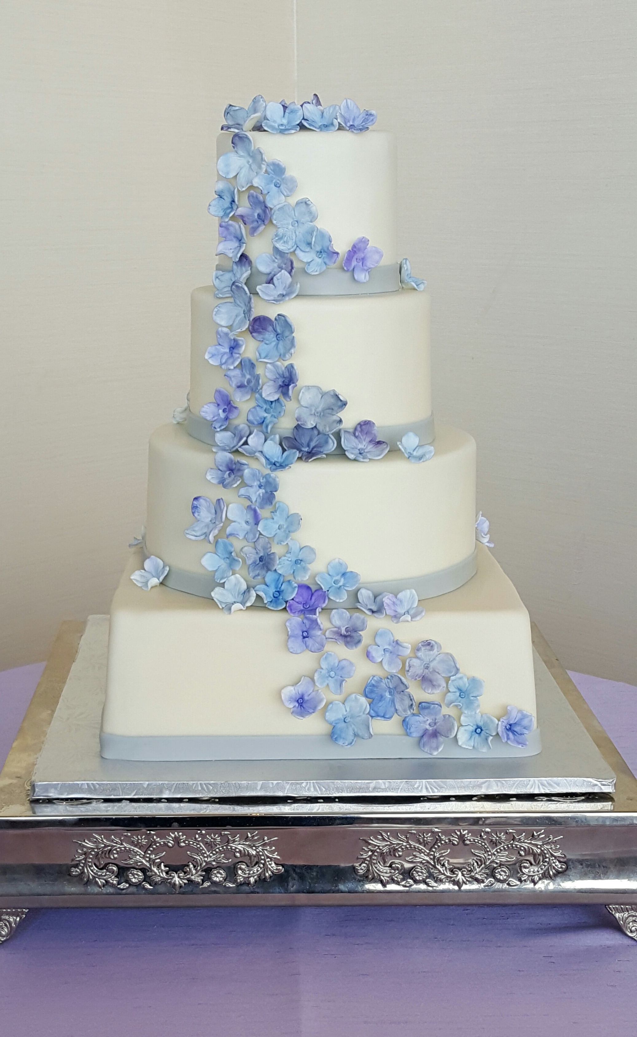 i-dream-jeanne-cakes-wedding-extraordinary-four-tier-sugar-hydrangeas-poorquality.jpg