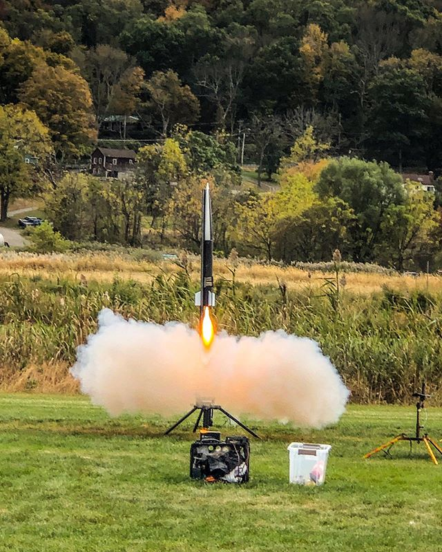 We won't be having a launch this weekend, so let's look back at these great shots from last weekend at Radical Rocketeers! • • #rutgersuniversity #rocketry #space #engineering #aerospaceengineering #narrockets #aiaa #modelrockets #rockets #levelup #rocketlaunch #rocketlauncher #nar #tripoli #rutgersengineering #rutgersbusinessschool #tbt #newjersey #fbf