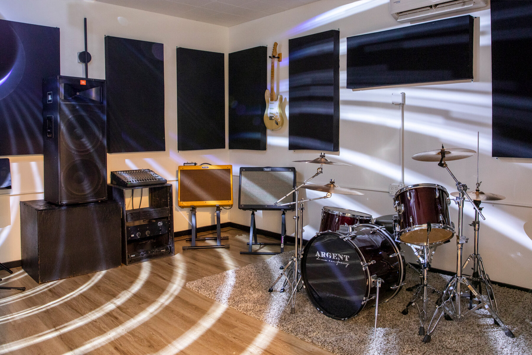 Room 4 - 17x12.5 $22 An HourFender Blues DeluxeFender Blue JRFender Hot RodFender RUMBLE 410 Cabinet & RUMBLE 800 HeadArgent Kit (24, 12, 13, 16; 14 x 6 1/2 snare)Behringer consoleJBL speakers and monitor