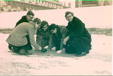 Cambridge University Tiddlywinks Clubin the 1960's  photo:  http://tiddlywinks.org/