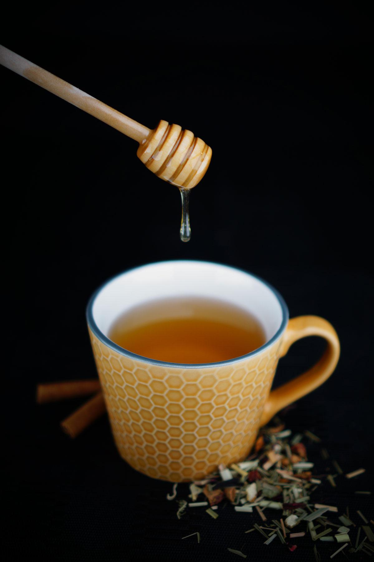 Une infusion de bien-être. - Le thé a été utilisé en tant que remède médical pour soigner les maladies depuis déjà bien longtemps! Si vous avez besoin d'une cure de détoxification, ou si vous avez des symptômes spécifiques à traiter : prenez le temps pour vous faire une infusion bien-être OTeas. Enfin, le thé est toujours un bon remède pour se soigner.